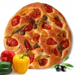 Focaccia con pomodoro, peperoni, olive e capperi