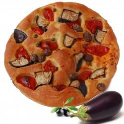 Focaccia con pomodoro, melanzane, olive e capperi